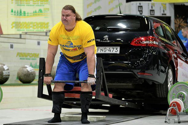 Mika Törrön ennätys maastavedosta on 350 kiloa.