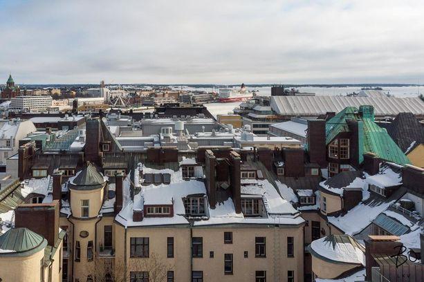 Talon terassilla ollaan kirjaimellisesti Helsingin kattojen yllä.