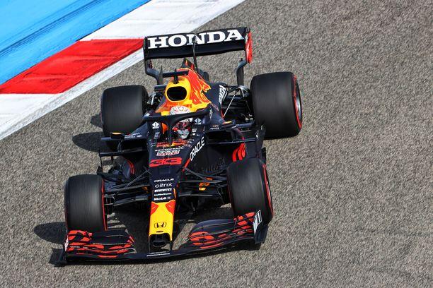 Max Verstappen oli nopein molemmissa perjantaitreeneissä.