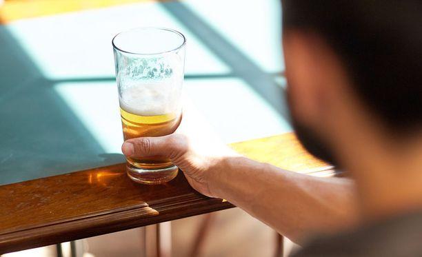 Siljan mies alkoi viihtyä alkoholin parissa ensimmäisen lapsen synnyttyä. (Kuvituskuva.)