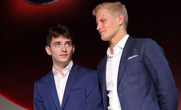 Charles Leclerc (vasemmalla) ajaa alkavalla kaudella Marcus Ericssonin tallikaverina Sauberilla.