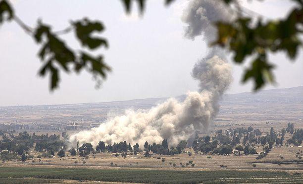 Savu nousee Quneitran kaupungista, kun Syyrian kapinalliset tuhoavat ammuksiaan ennen lähtöään Idlibiin.