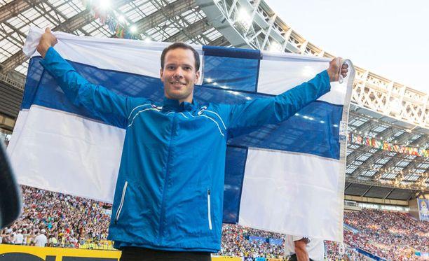 Tero Pitkämäki otti yleisönsä Luzhniki-stadionilla hopeamitalin varmistuttua.