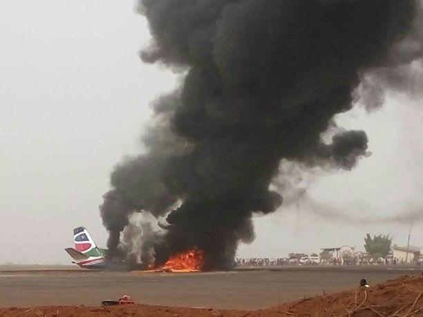 Waun lentokentällä otettu kuva näyttää matkustajakoneen tuhoutuneen lähes täydellisesti.