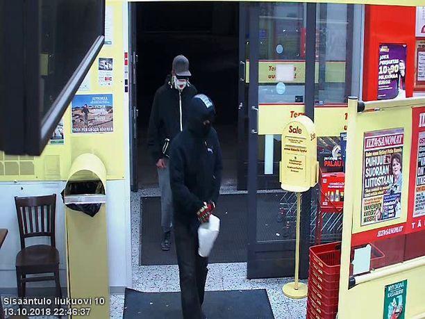 Alppilan kaupunginosassa osoitteessa Tukkimiehentie 1 sijaitseva kauppaliike ryöstettiin astalolla uhaten 13.10. kello 22:43.