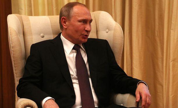 Venäjän presidentti Vladimir Putin uhkaili Romaniaa ja Puolaa perjantaina Kreikassa.