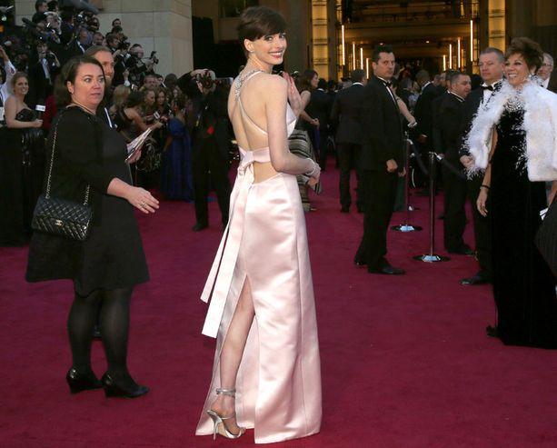 Anne Hathaway sanoo rakastaneensa Pradan pukuaan, vaikkei se ensisijainen valinta ollutkaan.