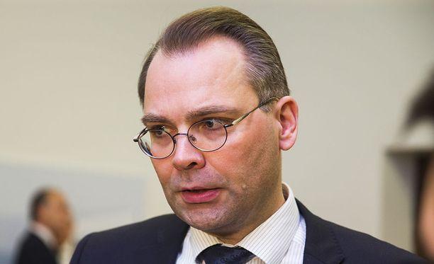 Puolustusministeri Jussi Niinistö (sin.) ei pidä tarpeellisena Puolustusvoimien virka-avun laajentamista yritysten käyttöön.