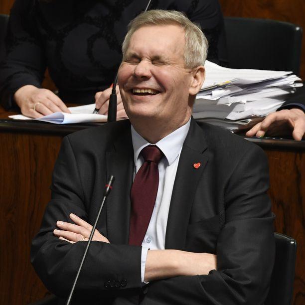 Antti Rinne repesi nauruun eduskunnan täysistunnossa.