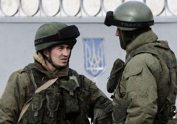 Niin sanotut vihreä miehet eli Venäjän erikoisjoukot ilmestyivät Krimin niemimaalle helmikuussa 2014. Dosentti, everstiluutnantti Jyri Raitasalon mukaan vastaavaa ei voisi tapahtua Suomessa, vaan tunnuksettomat sotilaat otettaisi välittömästi kiinni.
