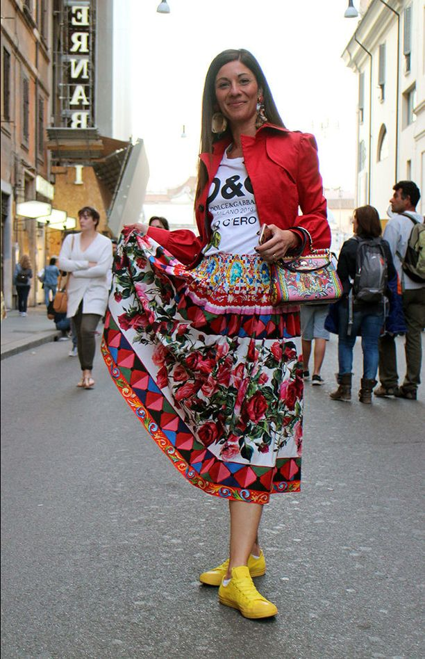 Tyyli.comin suosikkilookissa ei turhia himmailla, vaan rönsyilevä kukkaisteema jatkuu runsaissa korvakoruissa, kirkkaassa bleiserissä, pirteänkeltaisissa kengissä sekä ihanassa käsilaukussa. Myös Dolce & Gabbanan t-paidassa oleva lehti mukailee teemaa.