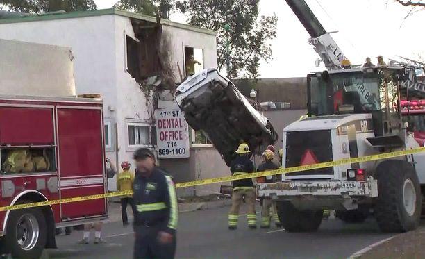 Pelastustyöntekijät nostivat auton alas seuraavana päivänä.