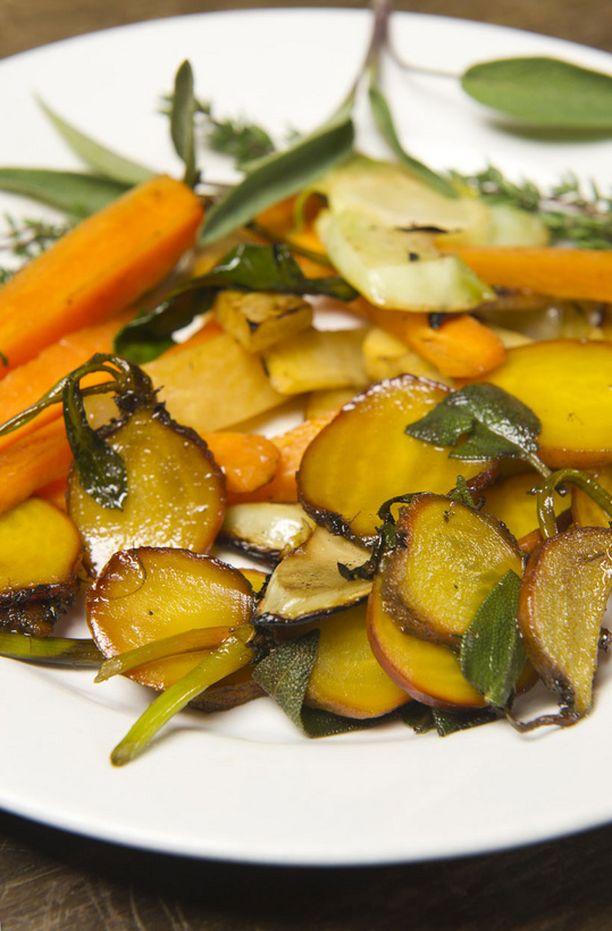 Paistetut kultajuuret, lantut ja porkkanat sopivat yhteen.