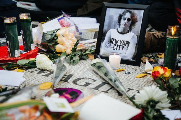 John Lennonille on tehty Strawberry Fields -niminen muistomerkki New Yorkin Central Parkiin. Sinne tuodaan kukkia ja kynttilöitä aina tähden kuolinpäivänä, joulukuun kahdeksantena.