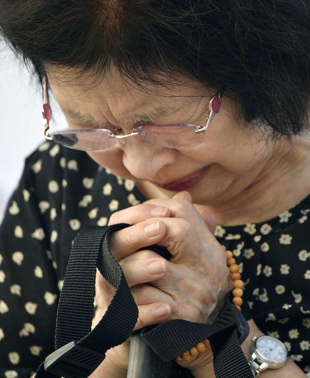 Nainen rukoili Hiroshiman uhrien puolesta muistotilaisuudessa.