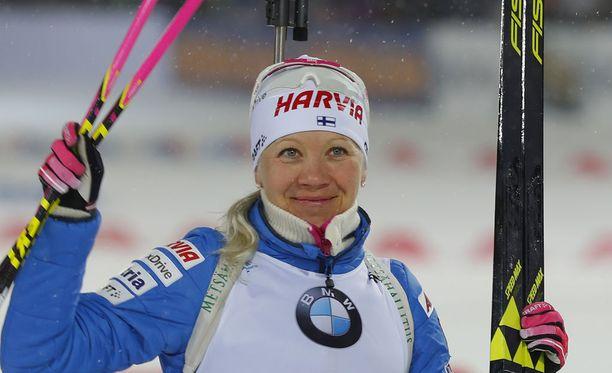 Kaisa Mäkäräinen hymyili kakkossijansa jälkeen perjantaina Siperiassa.