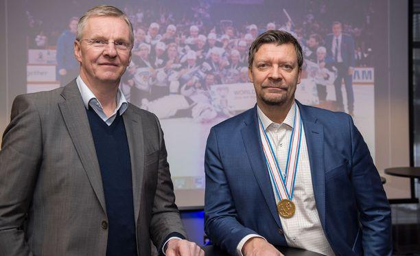 Kari Jalonen (vas.) saa Jukka Jaloselta arvokasta tietoa nuorten maailmanmestareista.