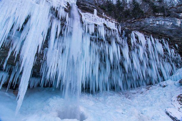 Talvinen vesiputous tarjoaa oivan maaston jääkiipeilyn harrastajille.