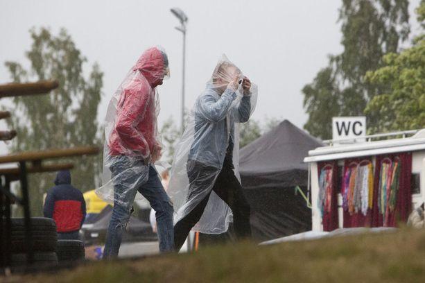 Osa ihmisistä juoksenteli kaatosadetta pakoon, innoikkaimmat fanit juoksentelivat Klamydian keikalle sateesta huolimatta.