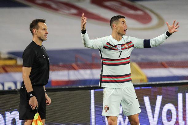 Ronaldo ei voinut uskoa linjatuomarin tuomiota.