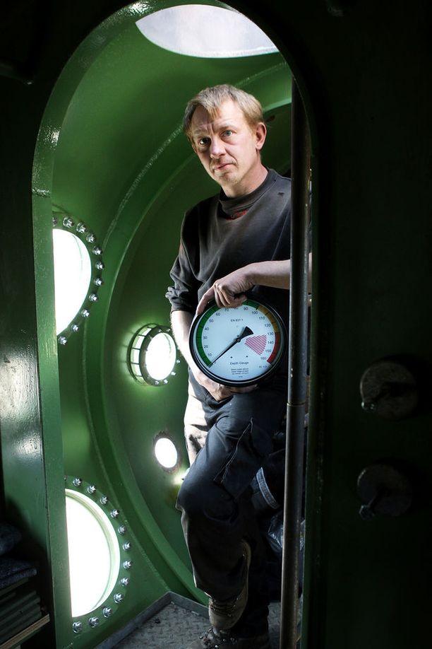 Peter Madsen vuonna 2008 otetussa kuvassa sukellusveneen sisällä.