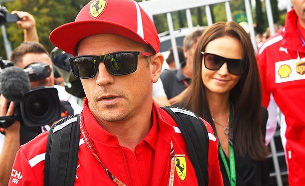 Minttu Räikkönen on tuttu näky varikolla kannustamassa puolisoaan.