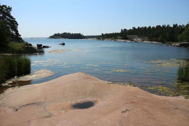 Hellepäivän lekottelu rantakallioilla päätyi Roosa Paadarin ihon kivuliaaseen palamiseen. Kuvituskuva.