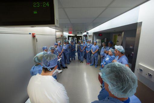 Leikkaukseen osallistui valtava määrä henkilökuntaa.