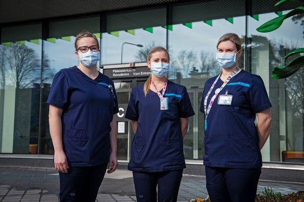 Sairaanhoitajat ovat koronavirusepidemian torjunnan keskiössä. Kuvassa Johanna Pelkonen (vas.), Jonna Mäki-Koivisto ja Laura Lehmusvaara.