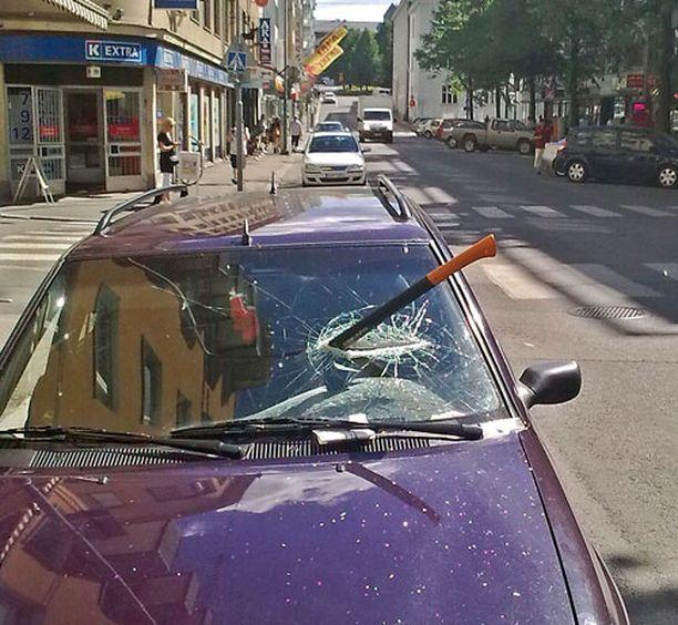 TULOS Väkivallan uhriksi joutunut tuulilasi näytti iskun jälkeen tältä.