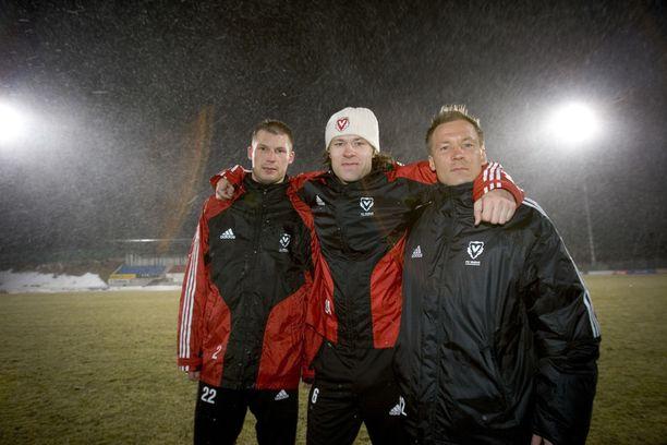 Jussi Nuorela (vas.), Antti Sumiala ja Antti Pohja pelasivat Vaduzissa kevättalvella 2005. Sää oli suomalainen.