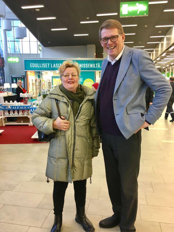 Vanhanen poseerasi tukijansa Aino Kurosen kanssa.