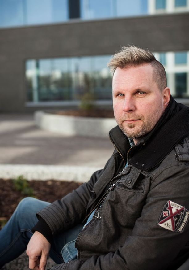 Olli Helenius muistetaan Juha Tapion rumpalina. Nyt mies on tehnyt jo kahden vuoden ajan soolouraa.