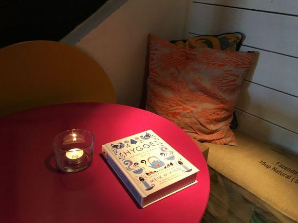 Hyggepesä voi olla hyvin vaatimaton, kunhan se on turvallinen ja mukava. Tyyny, kirja ja kynttilä ovat hyggen perusasioita.