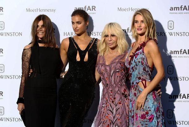 Vogue Parisin entinen päätoimittaja Carine Roitfeld (vas.), Irina Shayk, Donatella Versace ja Rosie Huntington-Whiteley osallistuivat näytöksen jälkeen hyväntekeväisyysillalliselle.