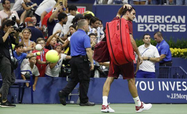 Roger Federer poistui neljännen kierroksen ottelusta tappion kokeneena.