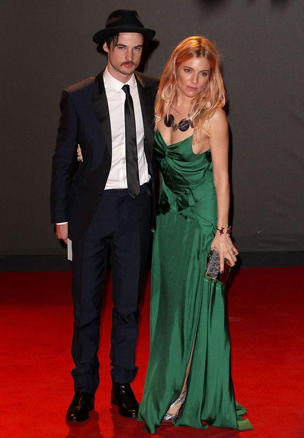 Tom Sturridge ja Sienna Miller.