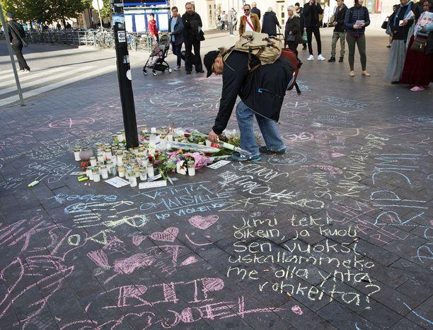 Asema-aukiolle tuotiin kymmenittäin kynttilöitä ja muistoesineitä 28-vuotiaan Jimi Karttusen menehdyttyä aivoverenvuotoon.