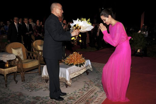 Jolie tapasi juhlallisuuksissa myös Kambodzan kuninkaan Norodom Sihamonin.