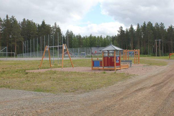Tapahtumapaikan lähettyvillä sijaitsee leikkikenttä.
