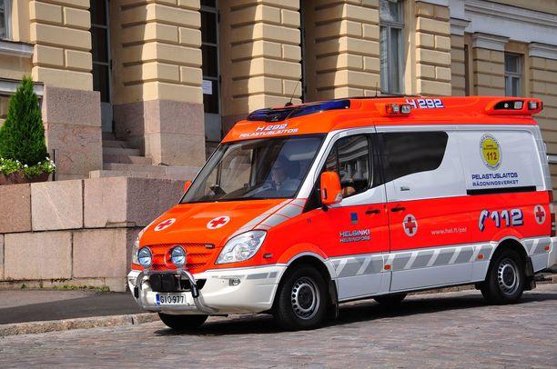 Useimmilla peräkärryä vetävillä henkilöautoilla saa uuden tieliikennelain myötä ajaa satasta. Ambulanssien tapauksessa tilanne on epäselvä.