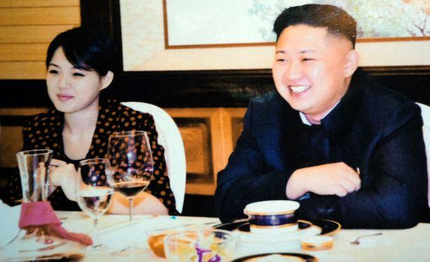 Kim Jong-Un on näyttäytynyt julkisissa tilaisuuksissa naisia rinnallaan. Sen katsotaan olevan askel kohti entistä avoimempaa Pohjois-Koreaa.
