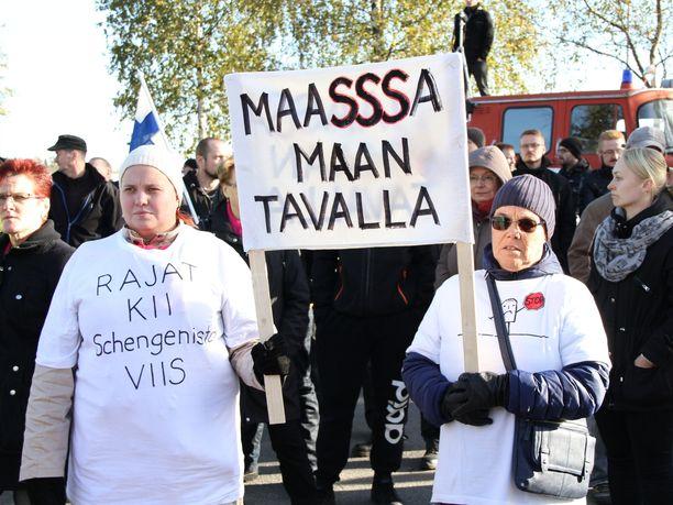Turvapaikanhakijoita vastustavia mielenosoittajia Torniossa syksyllä 2015.