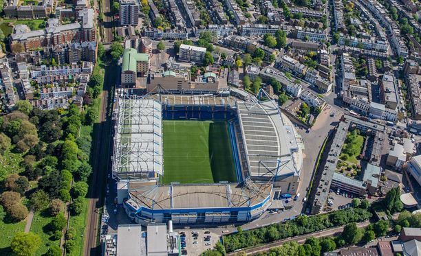 Crosthwaiten perheen talo on laajennussuunnitelmien kohteena olevan Stamford Birdge -stadionin vieressä - heti kuvassa vasemmalla näkyvän rautatien takana.