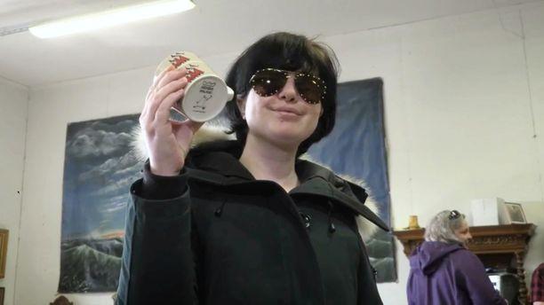 Alyona Juntunen osti muumimukin hurjaan 6100 euron hintaan.