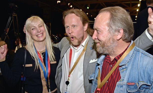 Perussuomalaisten uudet varapuheenjohtajat Laura Huhtasaari, Juho Eerola ja Teuvo Hakkarainen iloitsivat uusista tehtävistä.
