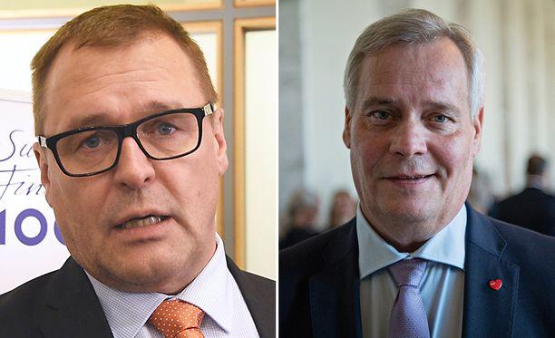 SDP:n puheenjohtaja Antti Rinne (oik.) hermostui sinisten kansanedustajan Matti Torvisen kommentista.