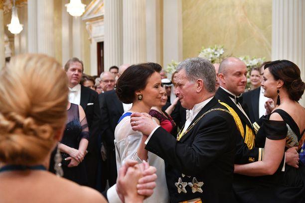 Rouva Jenni Haukio ja presidentti Sauli Niinistö tanssivat illan ensimmäisen tanssin jo rutiinilla.