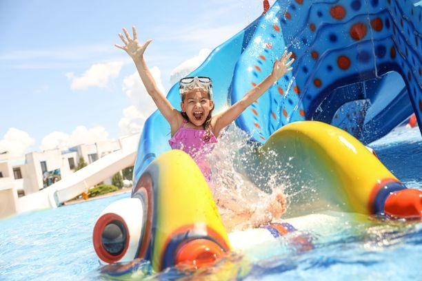 Kuuma hellepäivä on hyvä viettää vesipuistossa.