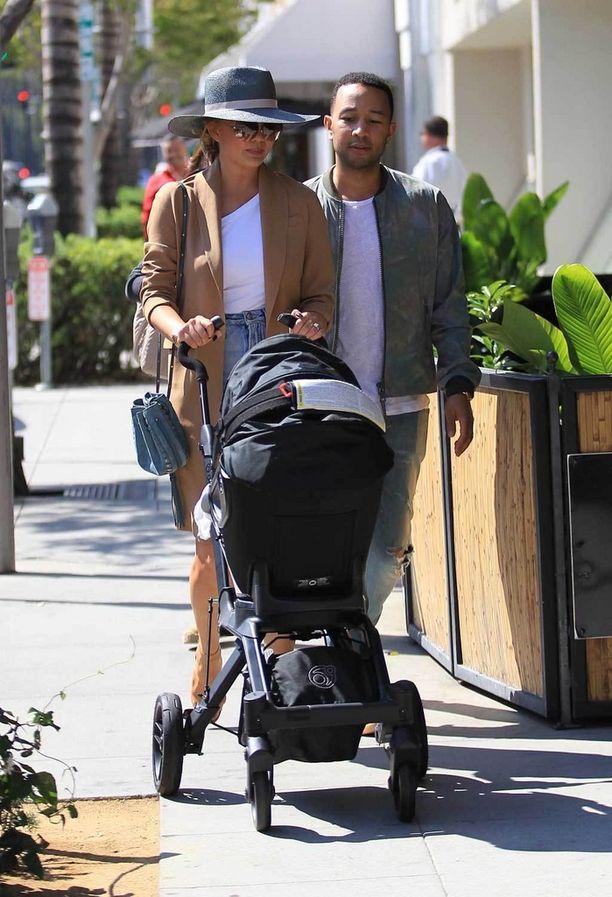 Malli Chrissy Teigen ja laulaja Johnny Legend ulkoilivat vauvansa kanssa Beverly Hillsissä tyylikkäissä takeissa, vaikka lämpötila hätyytteli yli 30 astetta.
